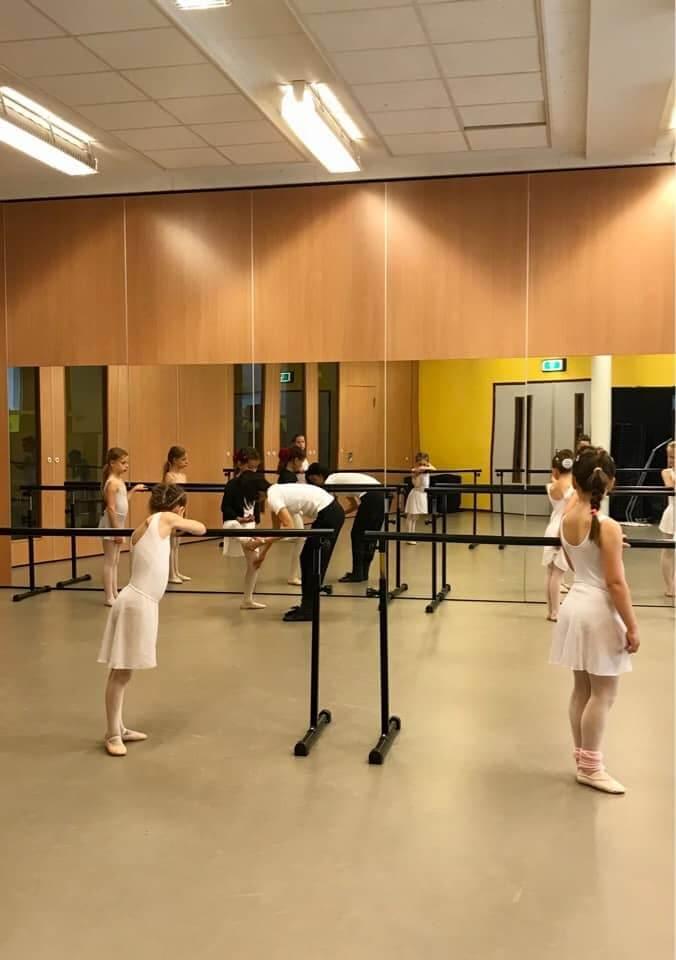 children during the ballet lesson